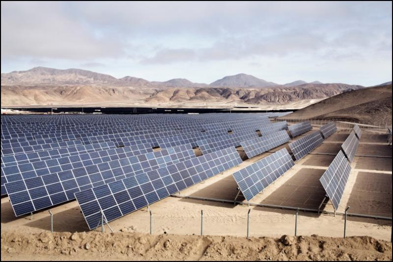 Figura 3 - Impianto fotovoltaico da 36 MW con strutture di sostegno dei moduli a inseguimento solare, realizzato da Enel Green Power ad Atacama (Cile) [Progetto Diego de Almagro; cortesia Enel Green Power].