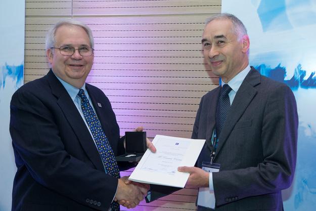 Jim Matthews III, Presidente dell'SMB e Vice-Presidente IEC (a sx), consegna il riconoscimento Thomas Edison Award 2016 all'ing. Giovanni Cassinelli, Segretario IEC/SC 23E.